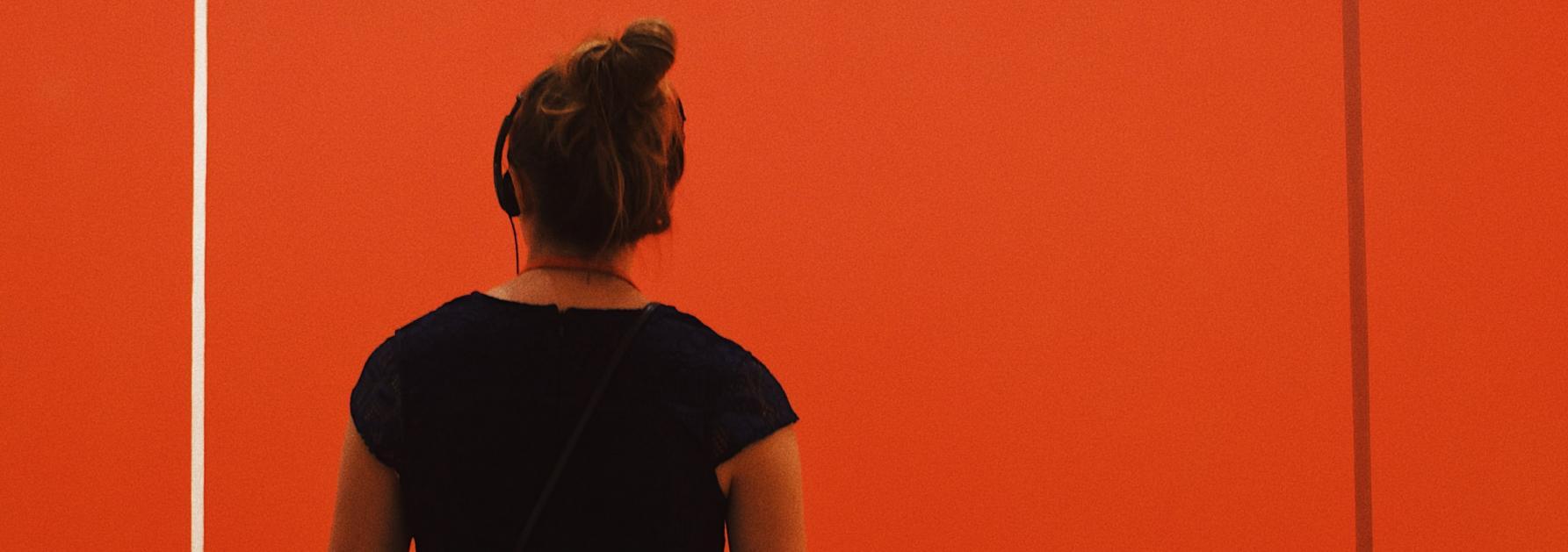 Museumbezoeker met audiogids