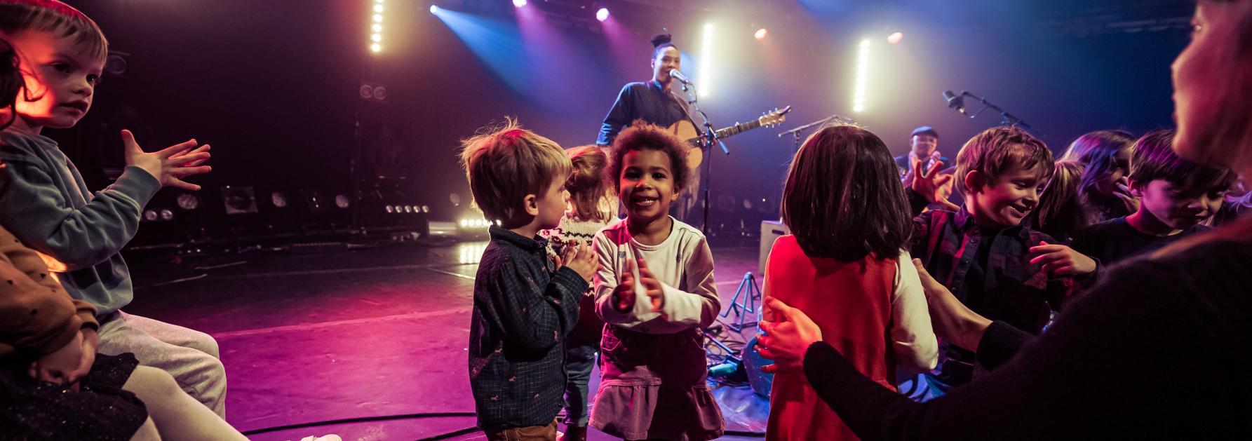 Kinderen dansen op een concert